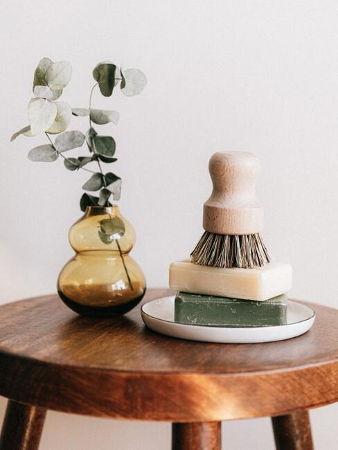 houten kruk met een bakje zeep