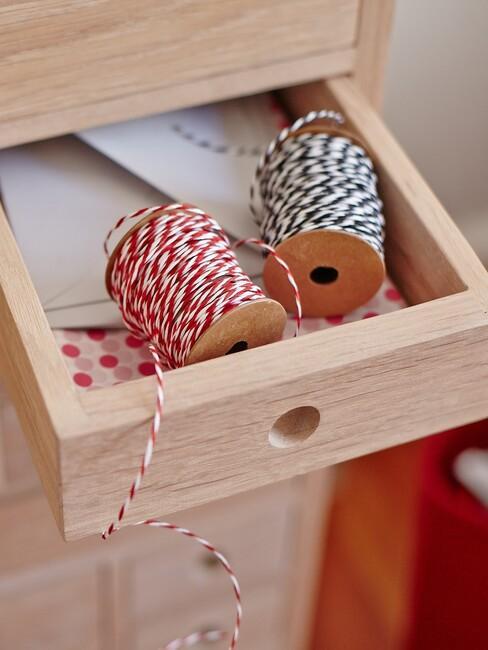 houten kast met een la en touw