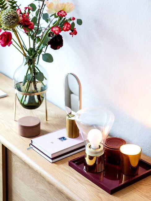 houten kast met een vaas met bloemen