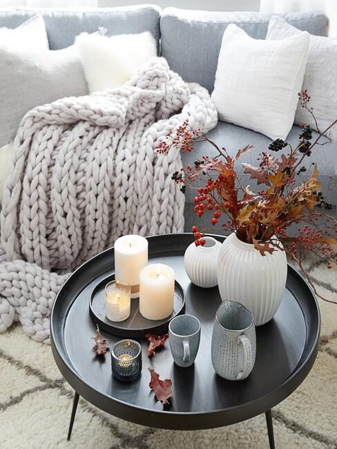 grijze bank met een zwarte ronde tafel