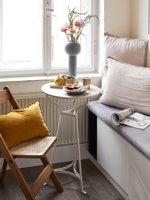 houten stoel met een witte ronde tafel