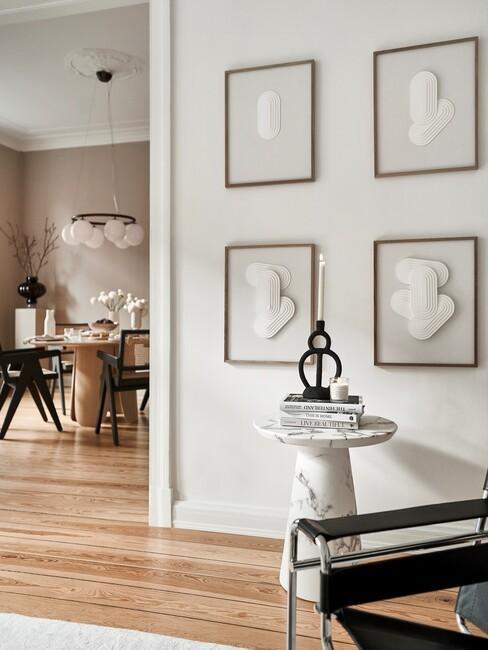 4 houten fotoleisten met zwarte stoelen