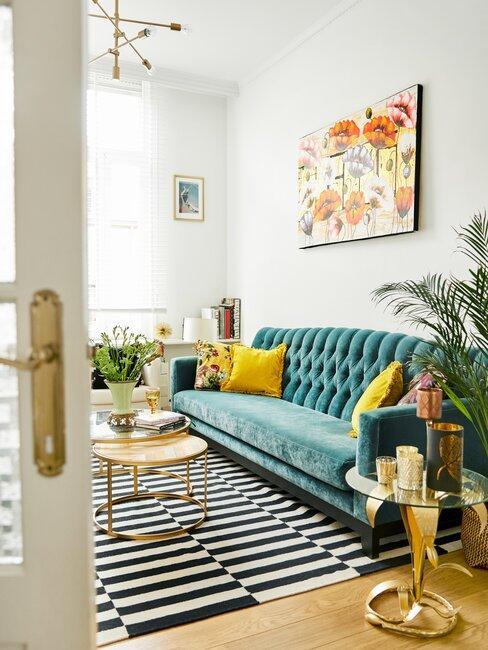 woonkamer met gekleurde bank
