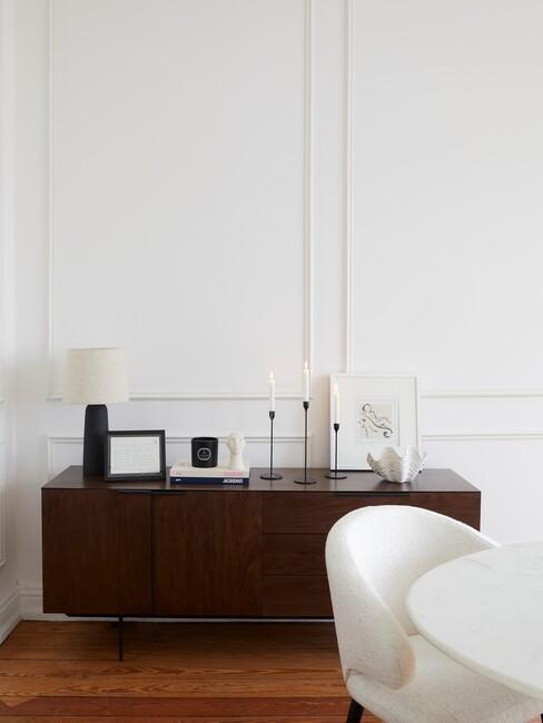 donker houten wandkast met accessoires