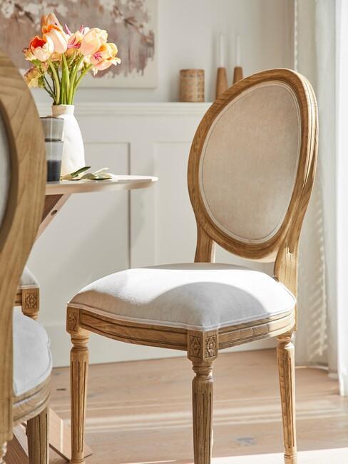 houten stoel met wit kussen