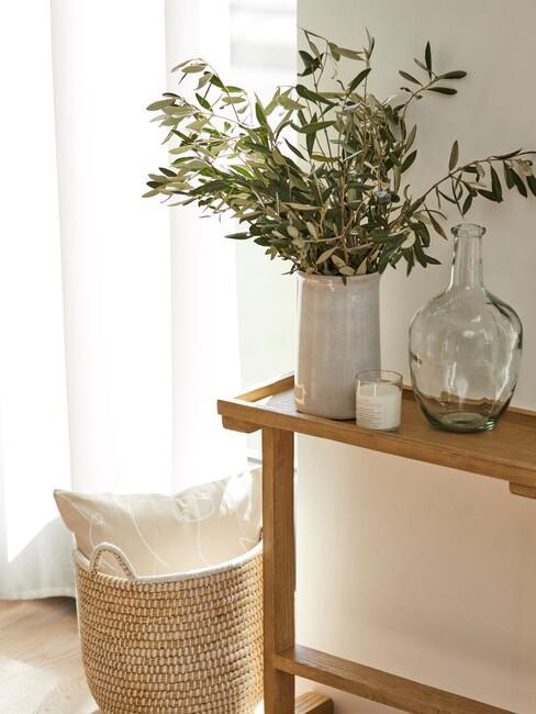 provencaals-interieur: houten wandkast met rieten mand en wit kussen