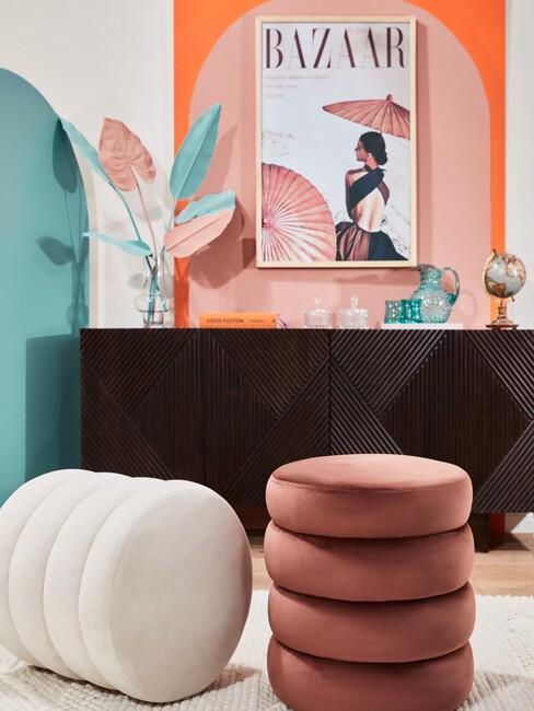 zwarte wandkast met een roze poef en gekleurde muren