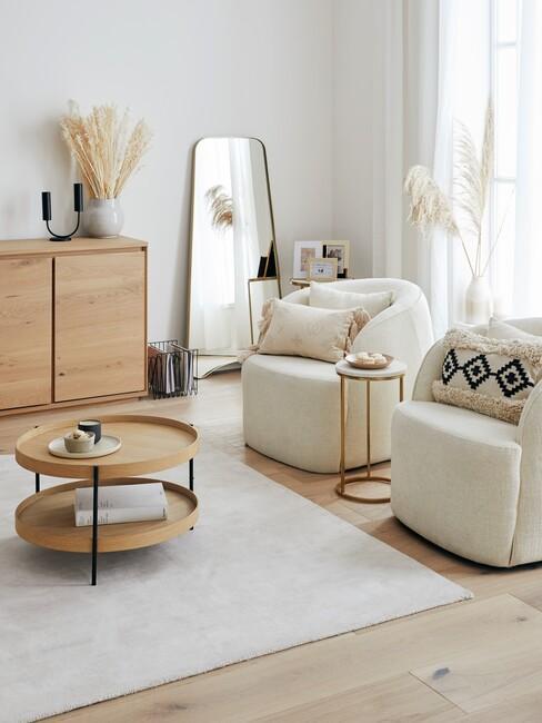 beige ronde stoelen met houten ronde tafel