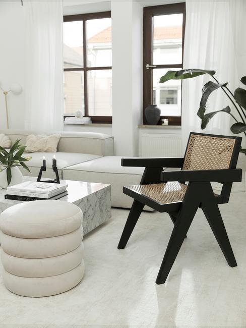 houten stoel met een beige interieur en witte tafel monochroom