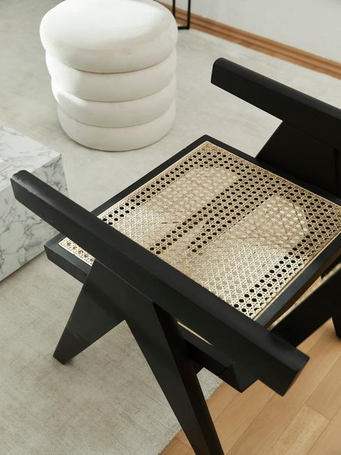 zwarte stoel met weens vlechtwerk