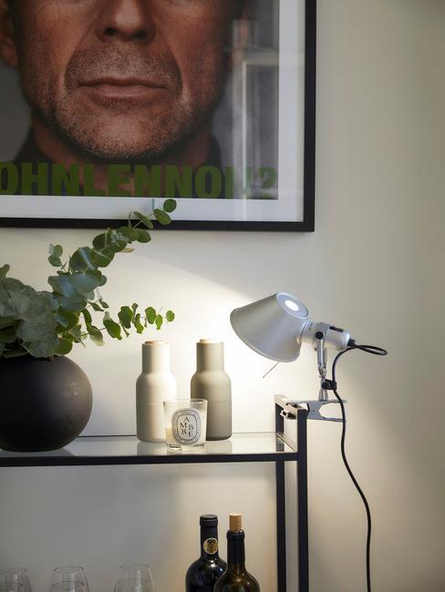 zwarte fotolijst met een zilveren lamp