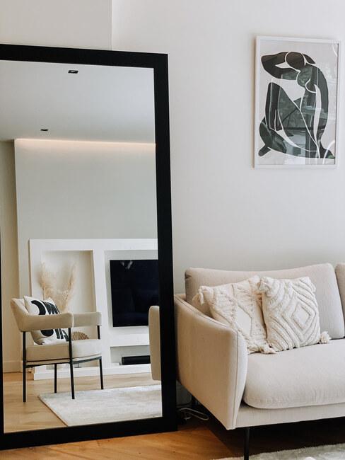 witte stoel in monochroom interieur