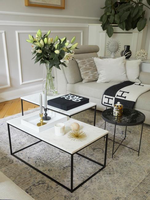 witte marmeren salontafel met een beige tafel