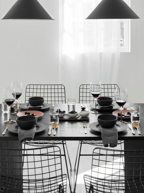 industrieel-interieur: zwarte tafel met zwarte stoelen en hanglampen