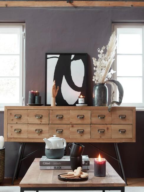 houten wandkast met een zwarte fotolijst
