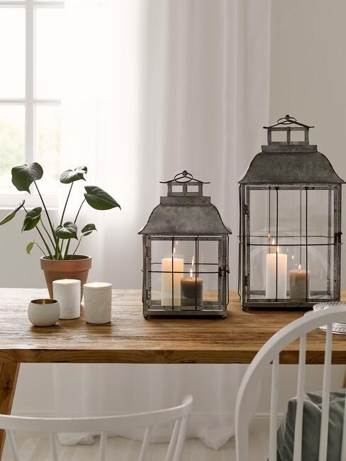 houten tafel met lantaarns