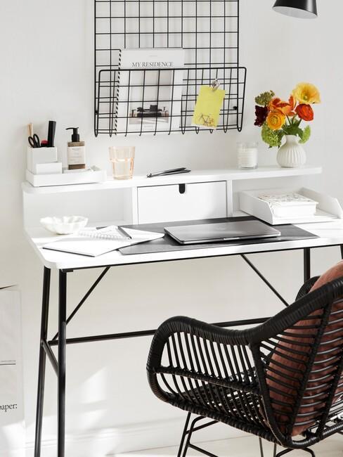 wit bureau en zwarte stoel