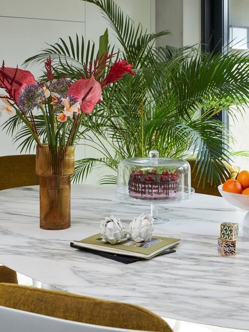 marmere tafel met een oranje vaas