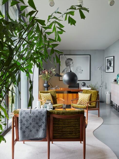 urban-jungle-interieur: houten met groene bank met een boom in een woonkamer