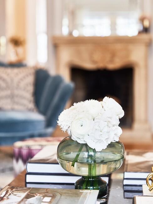 barok-stijl: glazen ronde vaas met een blauwe stoel