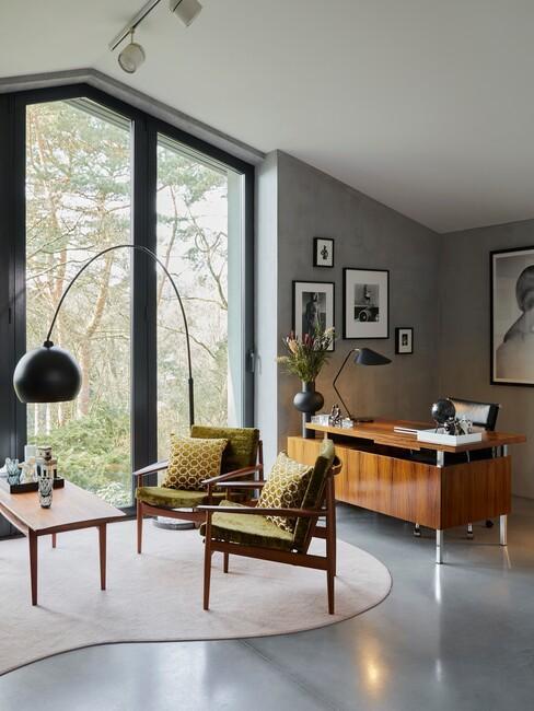houten bureau met een groene stoel