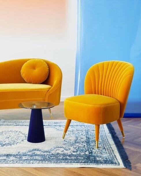 okergele stoelen