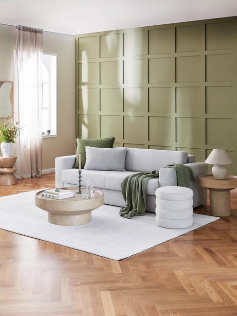 grijze bank met groene kussens in de kleur olijfgroen