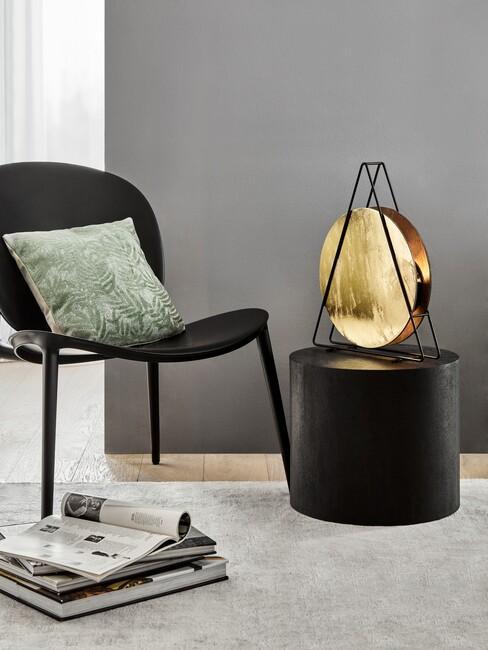 zwarte stoel met een olijfgroen kussen