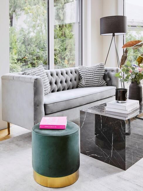 klassiek-interieur: grijze bank met zwarte salontafel