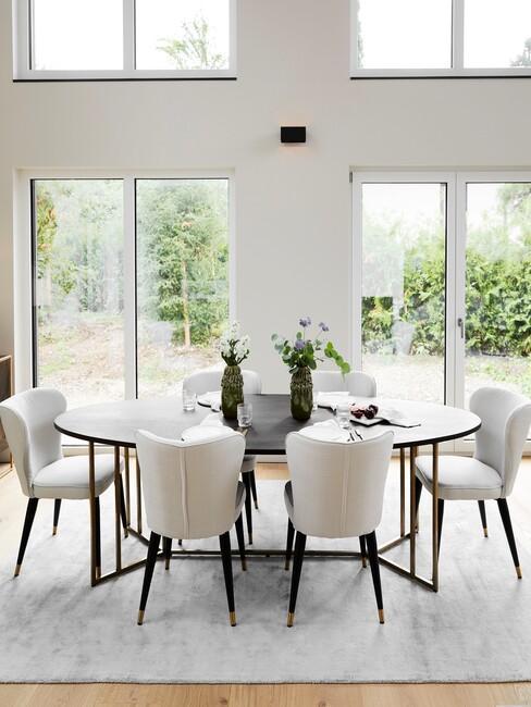 zwarte ovale tafel met beige stoelen
