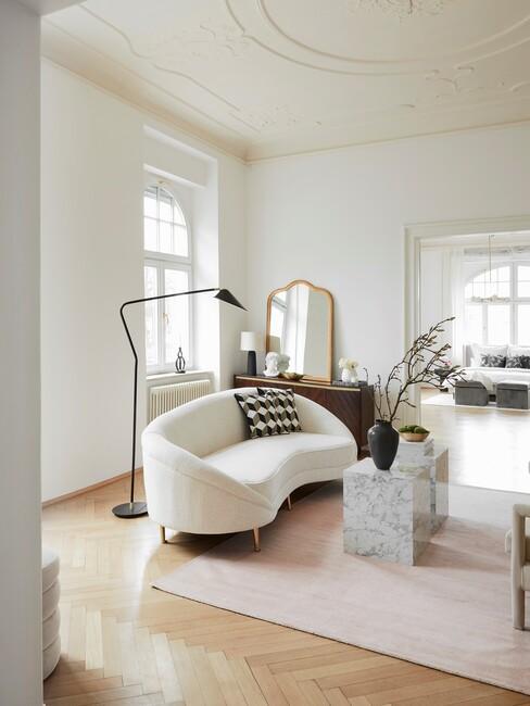 klassiek-interieur: beige ronde bank met een zwarte lamp