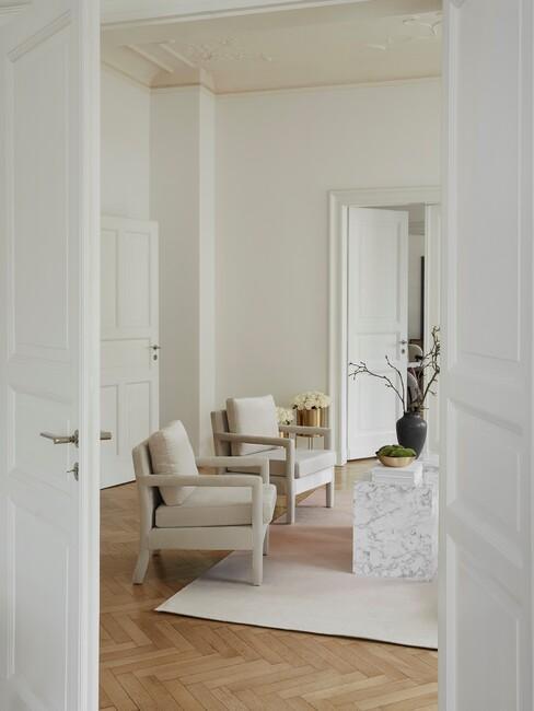 beige stoel met een witte panneel deur en beige kleed