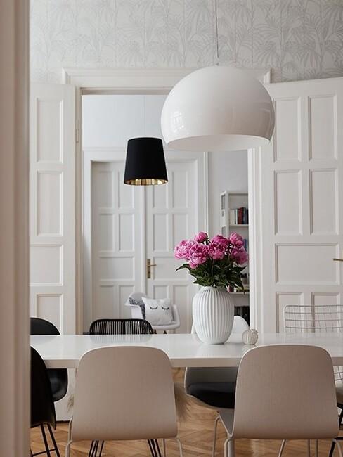 klassiek-interieur: witte eettafel met witte stoelen en een witte hanglamp
