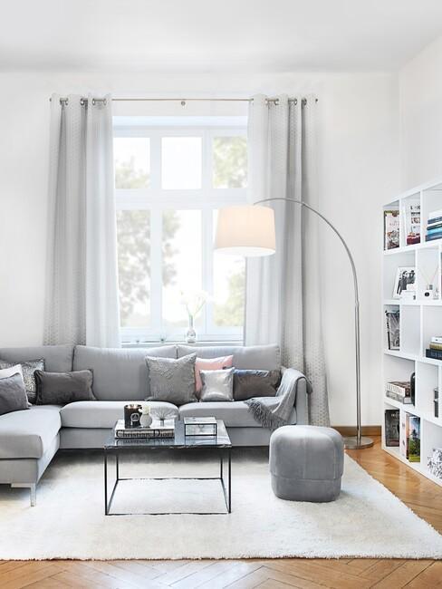 klassiek-interieur: grijze hoekbank met een zwarte salontafel