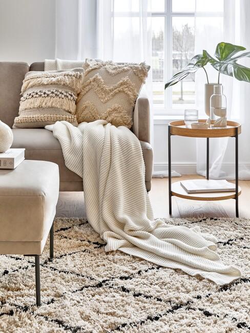 beige bank met een berber kleed voor een oosters interieur