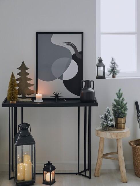 kersttrends-2021: zwarte wandkast met houten kruk en zwarte lantaarns