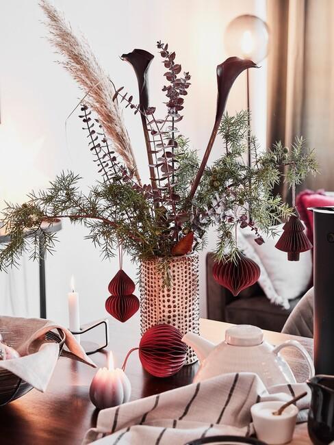 kersttrends-2021: gouden vaas met groene en rode bloemen