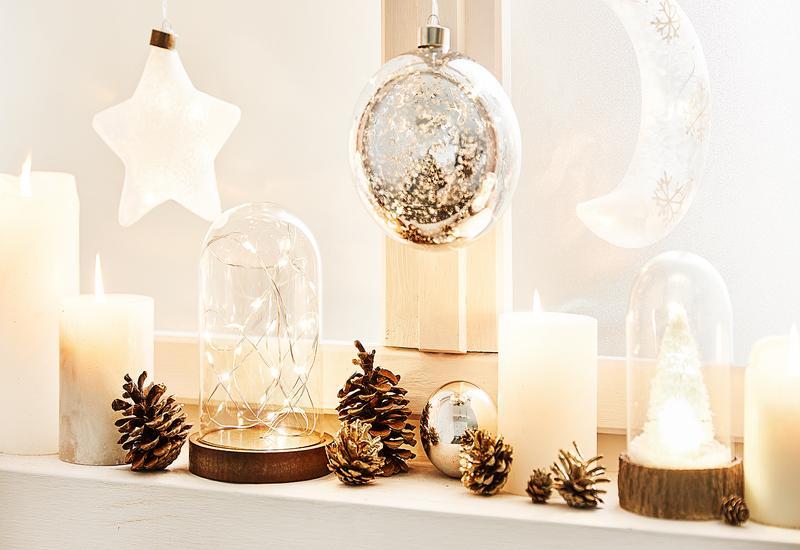 wit met houten kerstdecoratie