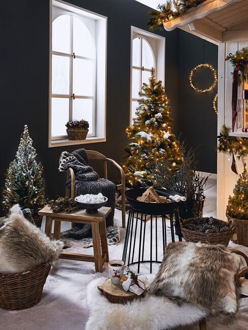 zwarte kamer met houten kruk en zwarte stoel voor een kerstboom