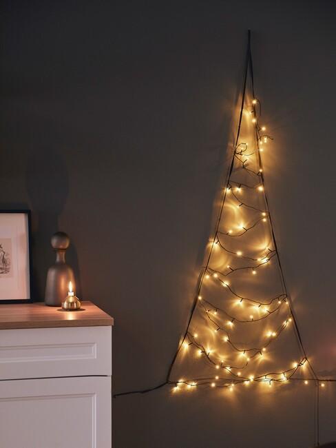 kersttrends-2021: lampjes kerstboom tegen een muur