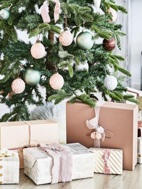 kerstcadeau onder boom