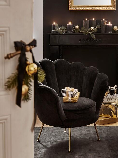 kerstdecoratie en zwarte stoel