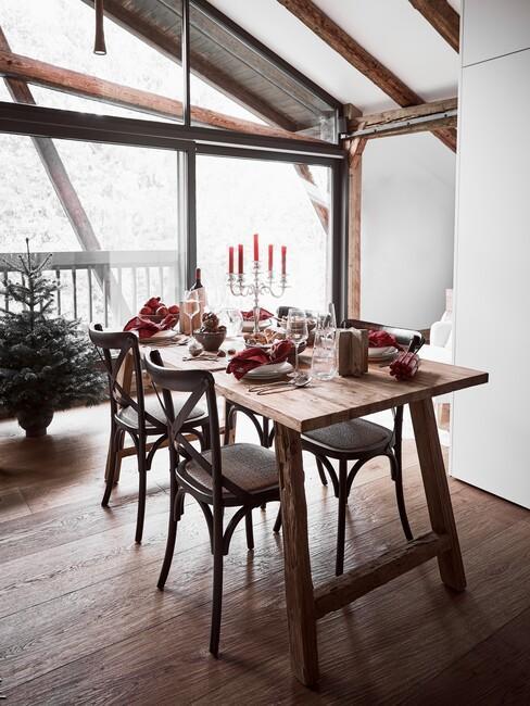 Kersttafel: houten eettafel met zwarte stoelen