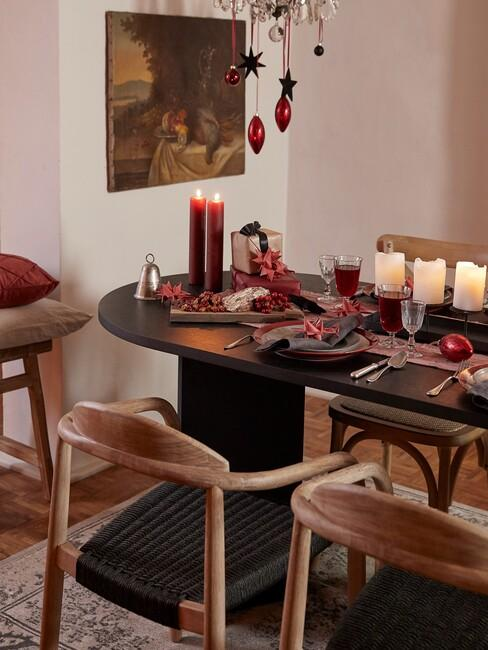 houten stoelen met en ronde tafel met witte kaarsen