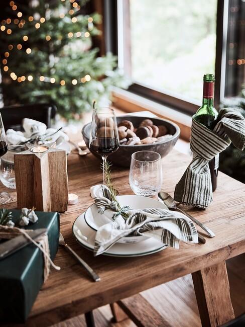 houten tafel met wit servies op een houten Kersttafel