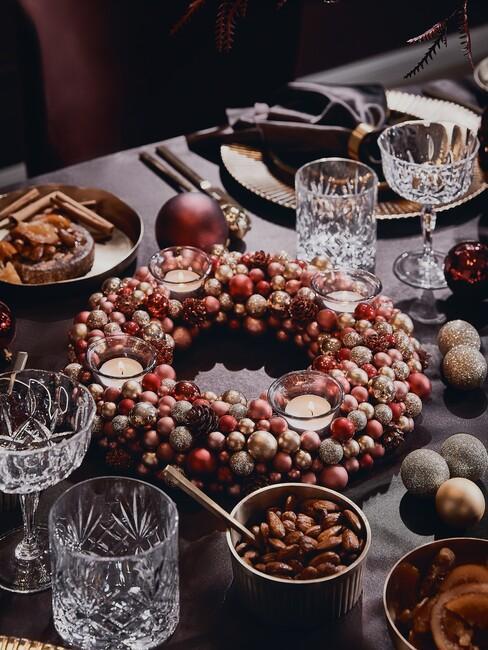 rode krans op een zwarte kersttafel