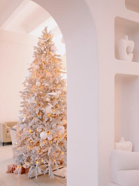 Witte kerstboom met lampjes
