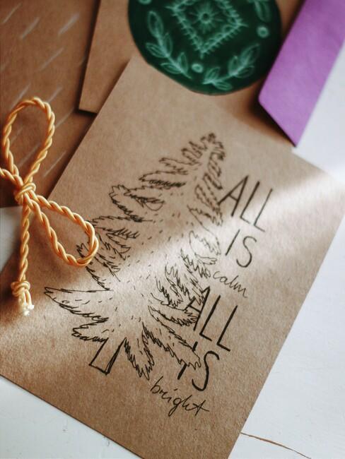 kerstkaarten knutselen met bruin papier en roze envelop