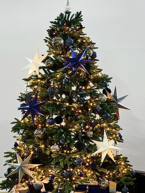 kerstboom met blauwe versiering