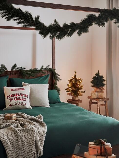kerst-guirlande-maken: als versiering op een zwart hemelbed en groen dekbed